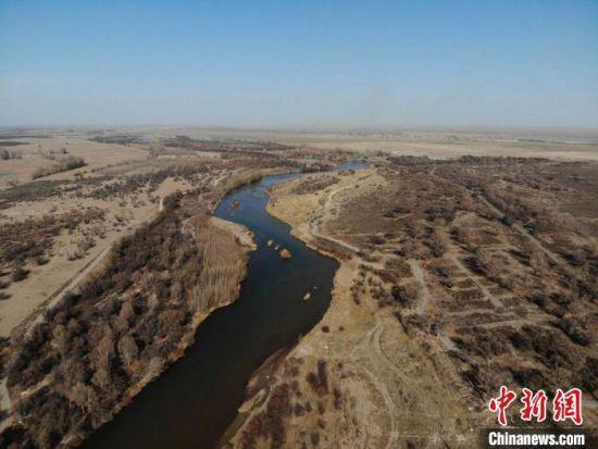 图为航拍镜头下的甘肃省武威市民勤县石羊河蔡旗断面水域。(资料图) 杨艳敏 摄