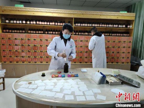 图为蒙古族女医生斯琴(前)在蒙医药房配制蒙医药。(资料图)肃北县委宣传部供图