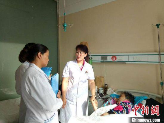 图为甘肃酒泉市肃北县蒙古族女医生斯琴(右)询问患者情况。(资料图)肃北县委宣传部供图