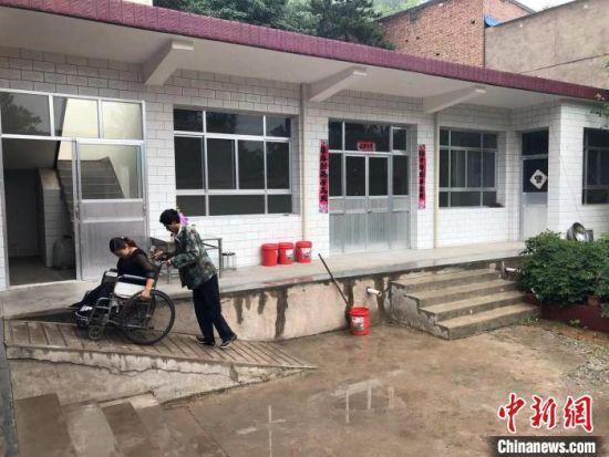 图为生活在甘肃山区的残疾夫妻。(资料图) 徐雪 摄