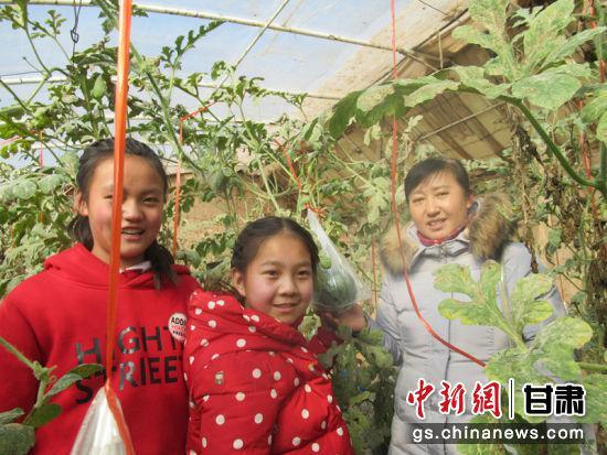 孩子们亲手采摘下小西瓜,喜悦之情溢于言表。红古区文旅局供图