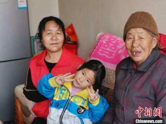 """在甘肃省兰州市永登县柳树镇黑城村,村妇联主席陈建存(左一)是村里1236名妇女的""""娘家人""""。 受访人供图"""