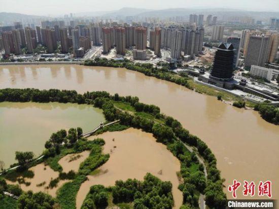 7月5日,航拍黄河兰州段,随着刘家峡的泄洪,前段时间清绿色的黄河水重回黄土色。(资料图) 杨艳敏 摄