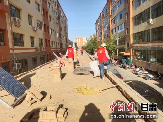 敦煌市沙州镇组织志愿者开展房屋清顶行动