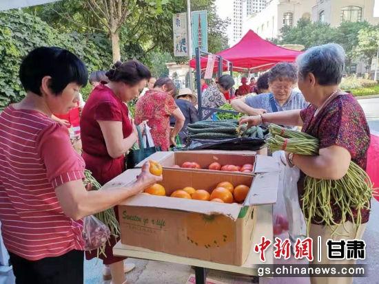 7月13日,兰州市西固区河口镇张家台的蔬菜瓜果直接直供该区天庆新城社区,居民不出小区就可以买到新鲜、安全、健康、实惠的平价蔬菜。
