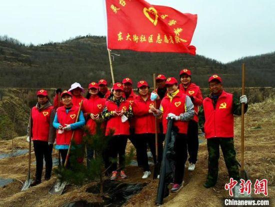 图为灵台县东大街社区工作人员参与志愿植树活动。(资料图) 受访者供图