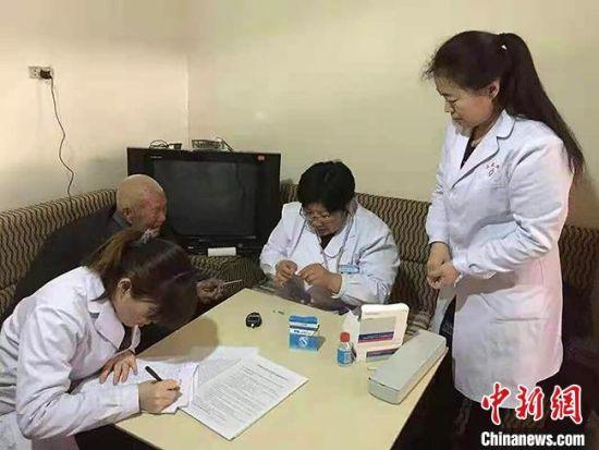 图为冯世霞(右二)正在进行健康扶贫的入户随访。(资料图) 受访者供图