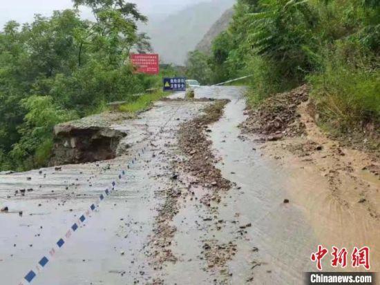 图为陇南部分路段出现塌方。 陇南交警部门供图
