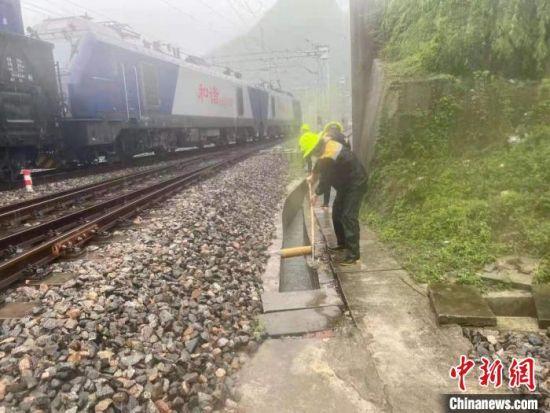 7月14日,铁路部门在兰渝铁路沿线进行巡查。 陈龙兵 摄