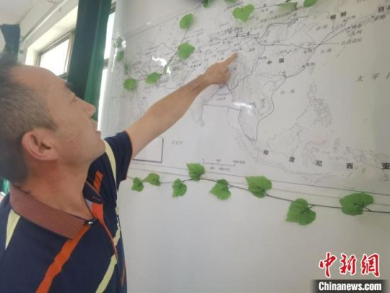 图为甘肃省社会科学院丝绸之路研究所所长侯宗辉指出《丝绸之路古文明》课题组考察线路。 闫姣 摄
