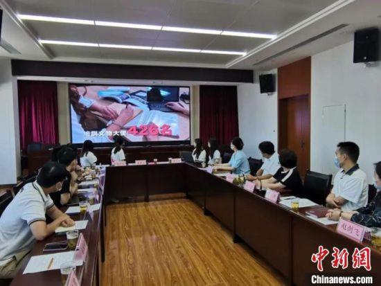 座谈会上观看澳门文物大使协会和澳门文遗研创协会宣传片。(资料图) 甘肃省文物局供图