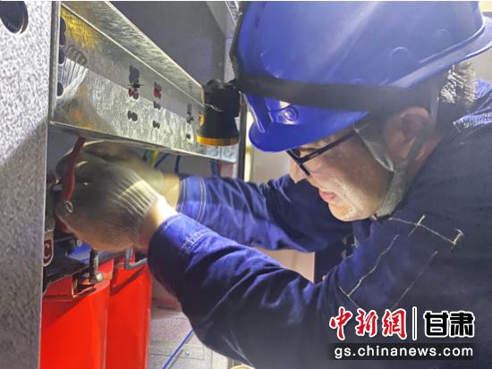 图为国网庆阳供电公司抢修人员在抢修现场接电。