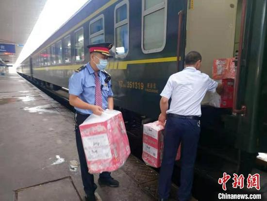 为受困旅客免费提供食物和饮水。 中国铁路太原局集团有限公司供图