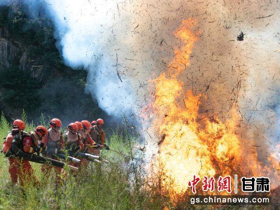图为指战员在扑打火线。