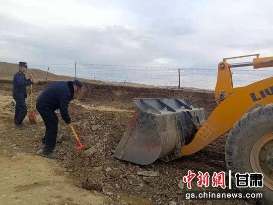 图为曼日玛派出所民警清理道路淤泥,平整翻浆路段。曼日玛派出所供图