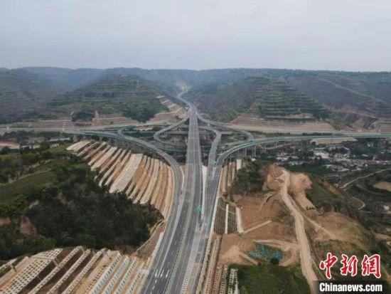 7月9日,甘肃省6条高速和一级公路通车试运营。图为甜永高速公路。(资料图) 殷万军 摄