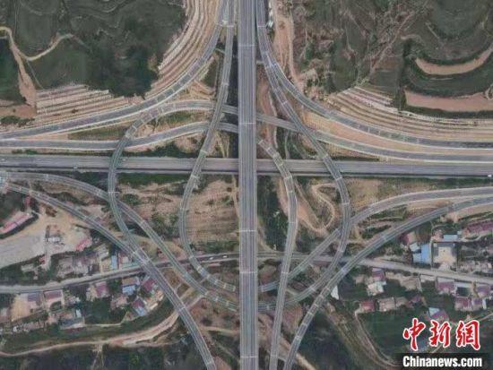 图为甘肃甜永高速公路。(资料图) 朱国才 摄