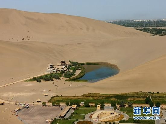 8月6日屈建军研究员团队拍摄的甘肃敦煌鸣沙山月牙泉景区。受访者供图