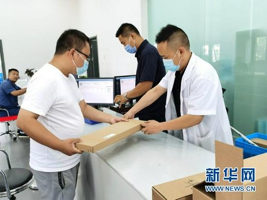 甘肃省计量研究院收发大厅内,业务窗口工作人员正在帮助客户送检设备。新华网发(宋昱静 摄)