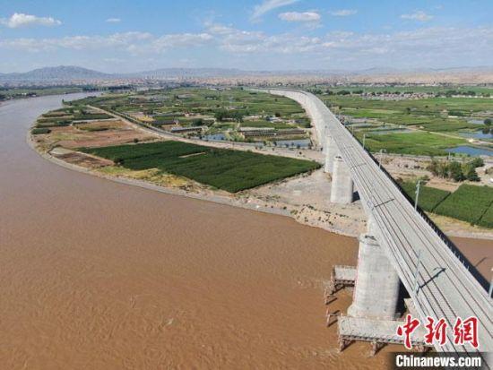 图为航拍镜头下的中兰铁路靖远黄河特大桥。 王子良 摄