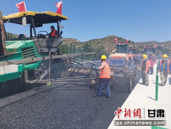 图为定西市陇西县至漳县高速公路铺筑现场。李晓暾 摄
