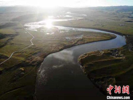 """8月下旬,甘肃玛曲县,一场秋雨过后的黄河""""首曲""""在夕阳照射下美景如画。(资料图) 杨艳敏 摄"""