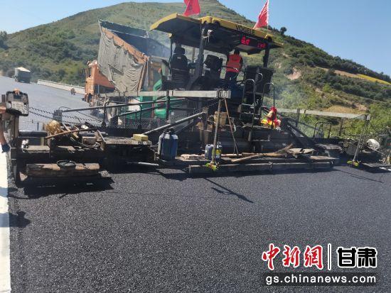 近日,甘肃首条采用微纳橡胶技术的低碳环保型高粘弹橡胶复合改性沥青路面试验段铺筑完成。李晓暾 摄