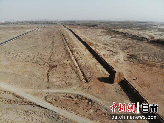 图为航拍下的嘉峪关明代长城。(资料图) 杨艳敏 摄