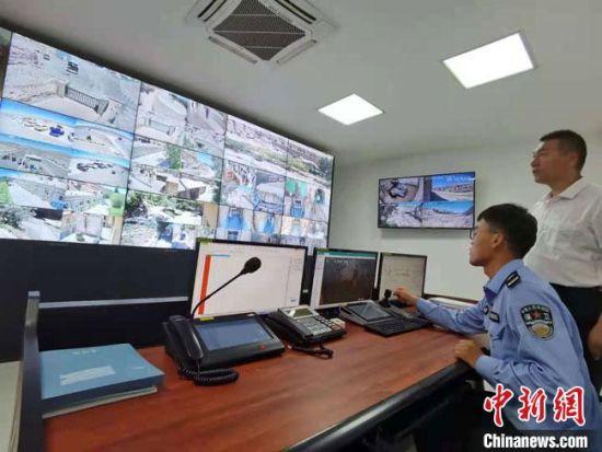 图为2021年8月,榆林窟文物保护研究所视频监控室。 张婧 摄