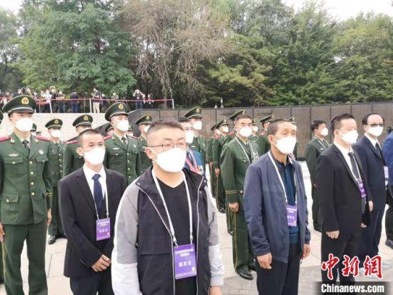 图为梁德保和梁润全参加烈士遗骸迎回安葬仪式。 甘肃省退役军人事务厅供图