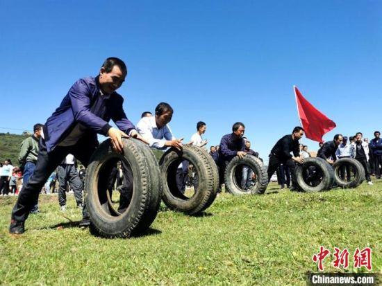 图为滚轮胎比赛。 秦亭镇政府供图