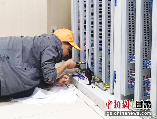 开通施工中技术员调整设备参数。陈宏庆 摄