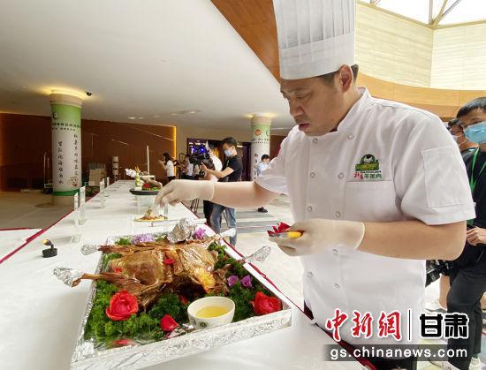 """发布会现场,""""环县羊肉十八吃""""菜品展示。高展 摄"""