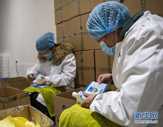 在西藏拉萨一家企业,复工后的生产车间里,工人在给灌装好的消毒液贴标签(2月17日摄)。 新华社记者 孙非 摄
