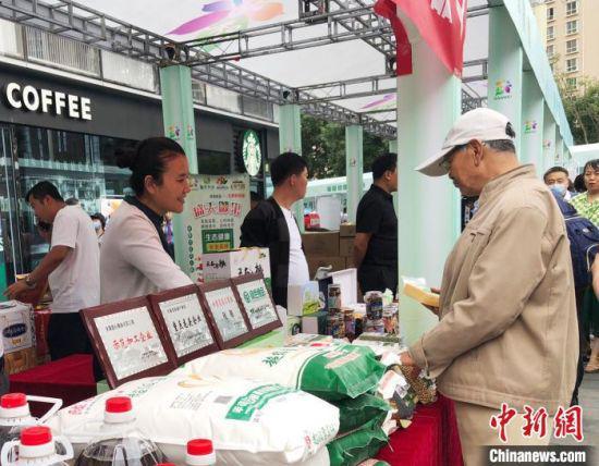 """9月1日,为推动以""""甘味""""品牌为主的优质特色扶贫产品销售,促进贫困民众稳定增收,2020年甘肃省消费扶贫月活动在兰州市启动。"""