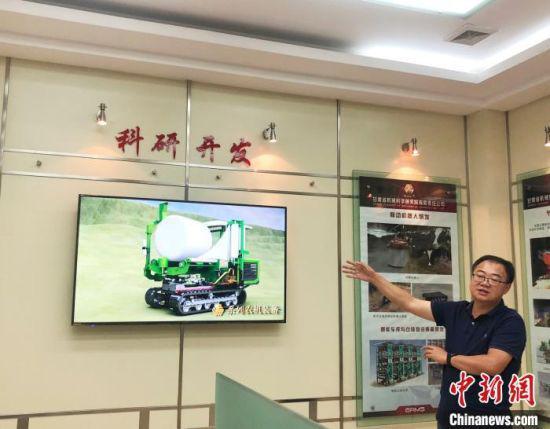 甘肃省机械科学研究院利用多媒体展示饲草收获装备生产研发情况。