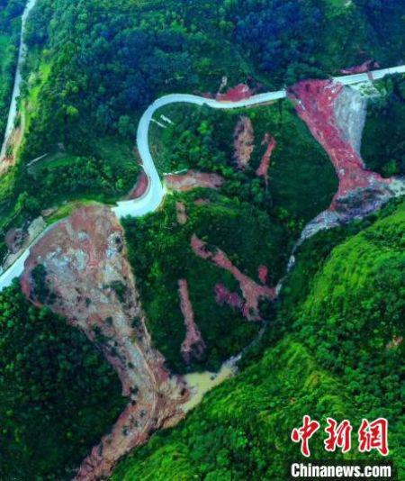 G567线陇南成县公路路基整体坍塌造成国道中断。