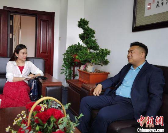 图为5月中旬,甘肃省特膳食品工程研究中心常务副主任高维东(右)接受采访,讲述生物医成果转化落地之路。 刘延新 摄