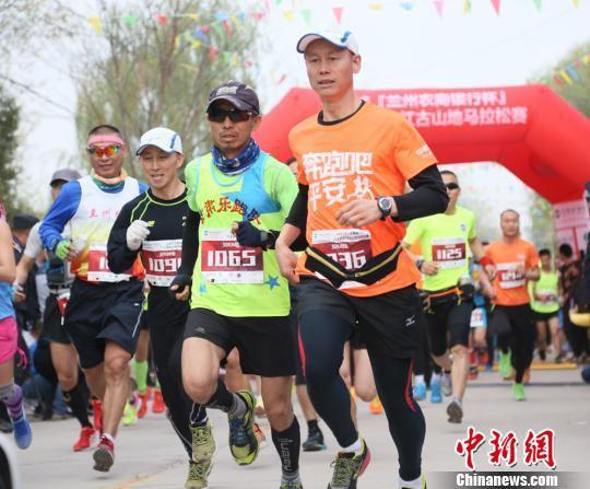 4月22日,河湟之旅·2018兰州红古山地马拉松赛激情开跑,吸引来自甘肃省内外的1800余名选手参加。 钟欣 摄