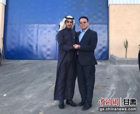 图为贾俊(右一)与外国友人合影。(资料图)