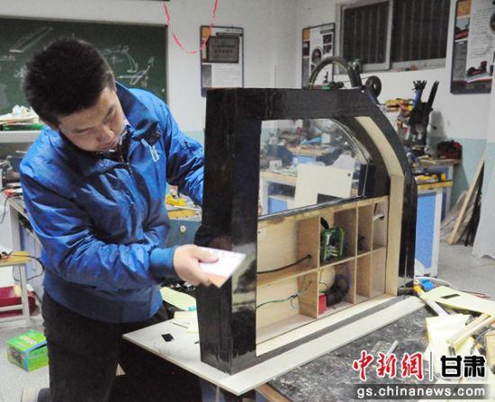 甘肃武威市高二学生刘浩炜耗时1年研究设计汽车电吸门防夹手装置,图为刘浩炜正在做实验。(资料图)