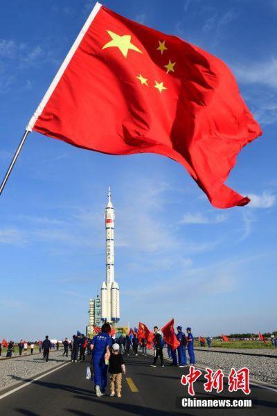 2021年6月,神舟十二号载人飞船与长征二号F遥十二运载火箭组合体转运至甘肃酒泉卫星发射中心发射区。 中新社发 汪江波 摄
