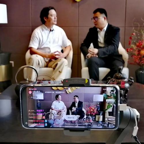 左:朱以奇先生 右:宁波大爱书院小镇尹总