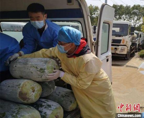 图为李佳林(右一)在武昌医院搬运物资。 受访者提供