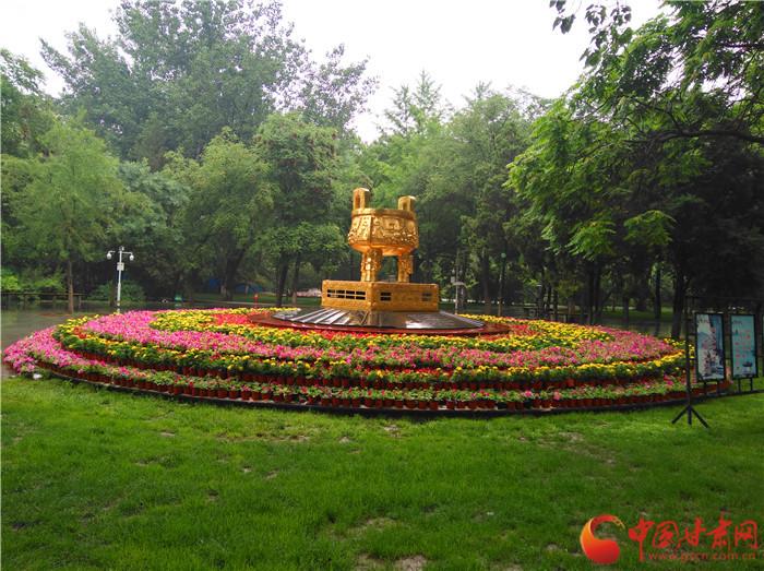 为了迎接兰州国际马来松赛,兰州市沿赛道设置了多处绿化景观带,这处在市民公园的花坛巧妙地衬托金鼎,相得益彰。