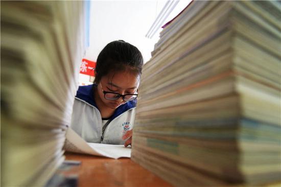 生活的贫困、自然条件的严酷,让王琼更加渴望通过读书来改变命运、造福家乡。