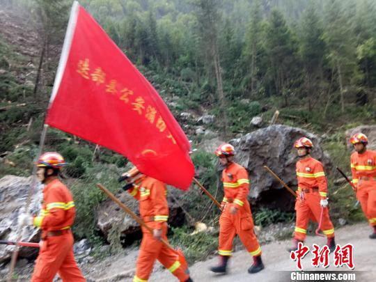 救援人员徒步向前。 甘肃消防供图 摄