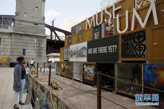8月23日,在美国芝加哥,一名游客欣赏浮动博物馆的艺术作品。