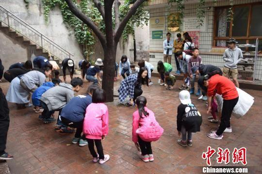 图为志愿者与孩子们一起学习趣味英文歌曲。 戈正尧 摄
