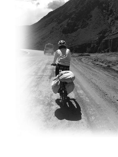 妈妈拍下小周在川藏线骑行中的背影。